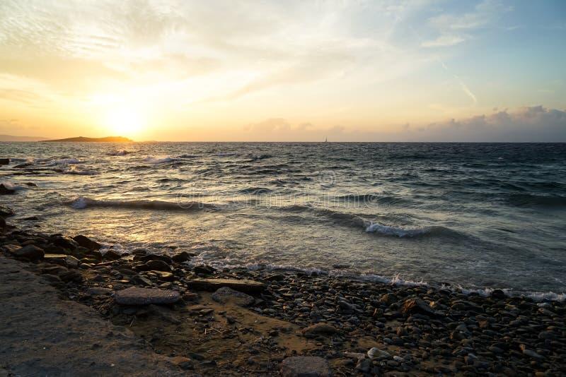 Όμορφο κυματιστό seaview copyspace ηλιοβασιλέματος φυσικό και φυσική παραλία βράχου με τις όμορφες σκιές του υποβάθρου πορτοκαλιώ στοκ φωτογραφία με δικαίωμα ελεύθερης χρήσης