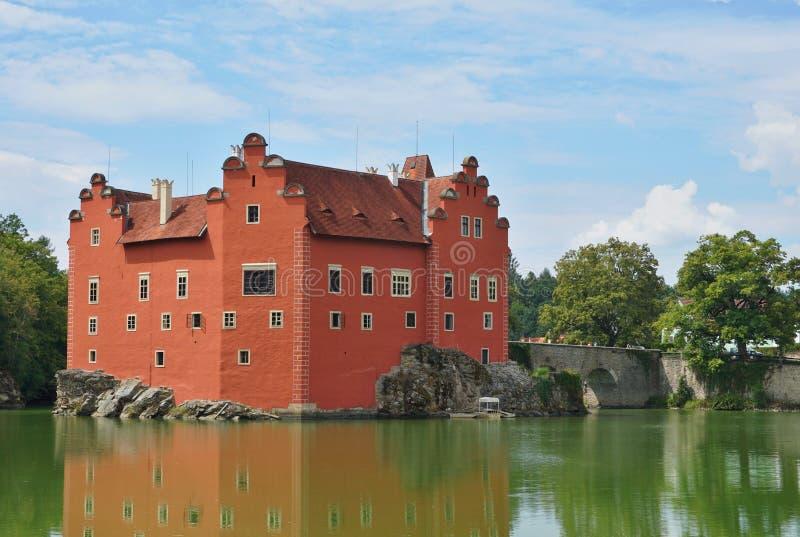 Όμορφο κόκκινο κάστρο Cervena Lhota στη Δημοκρατία της Τσεχίας που μοιάζει με από το παραμύθι στοκ φωτογραφίες με δικαίωμα ελεύθερης χρήσης