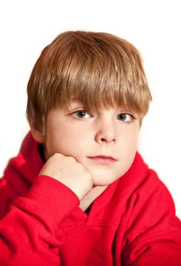 όμορφο κόκκινο πορτρέτου hoodie αγοριών που φορά τις νεολαίες στοκ εικόνες