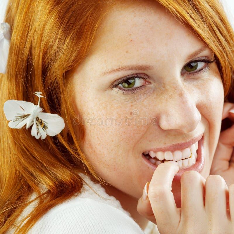 όμορφο κόκκινο χαμόγελο τριχώματος κοριτσιών στοκ φωτογραφία με δικαίωμα ελεύθερης χρήσης