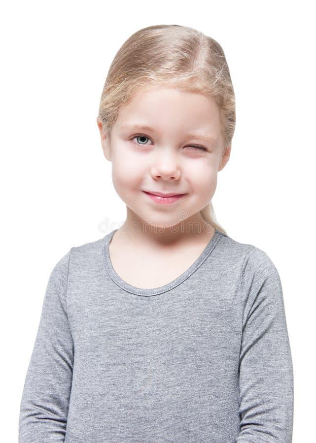 Όμορφο κλείσιμο του ματιού μικρών κοριτσιών που απομονώνεται στοκ εικόνα