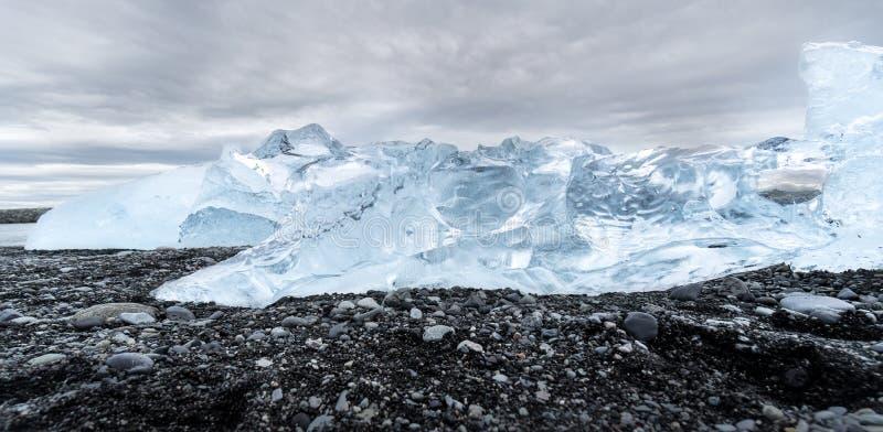 Όμορφο λάμποντας παγόβουνο στην παραλία διαμαντιών στην Ισλανδία στοκ εικόνες