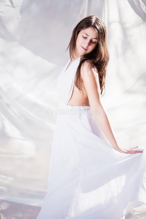 όμορφο λευκό κοριτσιών φορεμάτων στοκ εικόνες με δικαίωμα ελεύθερης χρήσης