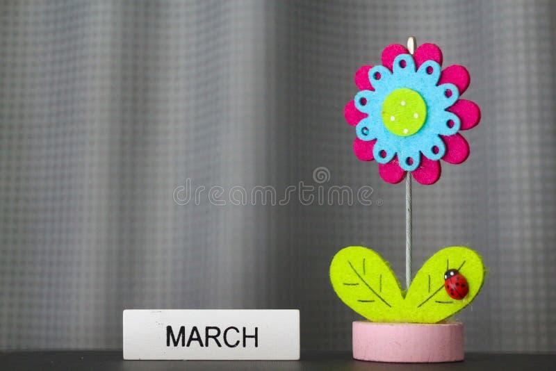 Όμορφο λουλούδι χειροποίητο από τα ζωηρόχρωμα αισθητά υφάσματα στοκ φωτογραφία