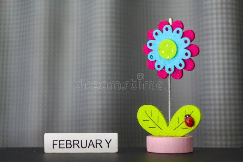 Όμορφο λουλούδι χειροποίητο από τα ζωηρόχρωμα αισθητά υφάσματα στοκ φωτογραφία με δικαίωμα ελεύθερης χρήσης