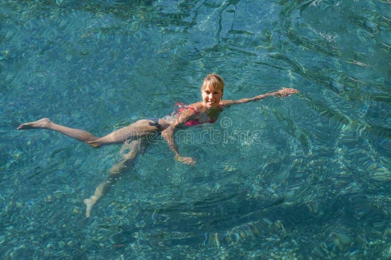 Όμορφο λούσιμο γυναικών σε μια φυσική θερμική λίμνη στοκ φωτογραφίες με δικαίωμα ελεύθερης χρήσης