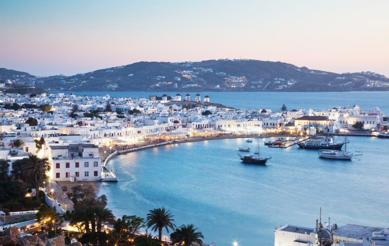 όμορφο λυκόφως πέρα από το νησί της πόλης Μυκόνου της Μυκόνου, αρχιπέλαγος των Κυκλάδων, Ελλάδα στοκ εικόνες
