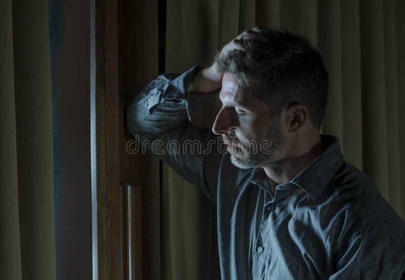 Όμορφο λυπημένο και καταθλιπτικό πρόβλημα κατάθλιψης ατόμων απελπισμένο υφιστάμενο που αισθάνεται το σπασμένο πόνο καρδιών που φα στοκ εικόνες