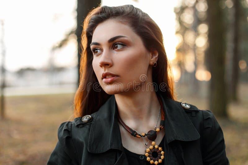 Όμορφο λυπημένο κορίτσι με ένα δάκρυ στο πάρκο στο ηλιοβασίλεμα στοκ εικόνα με δικαίωμα ελεύθερης χρήσης