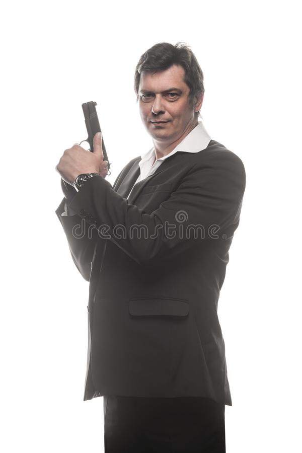 Όμορφο μέσο ηλικίας άτομο ιδιωτικών αστυνομικών με το πυροβόλο όπλο στοκ εικόνα με δικαίωμα ελεύθερης χρήσης
