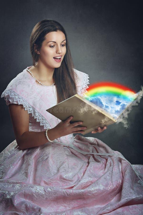 Όμορφο μαγικό βιβλίο γυναικών και ουράνιων τόξων στοκ φωτογραφία με δικαίωμα ελεύθερης χρήσης