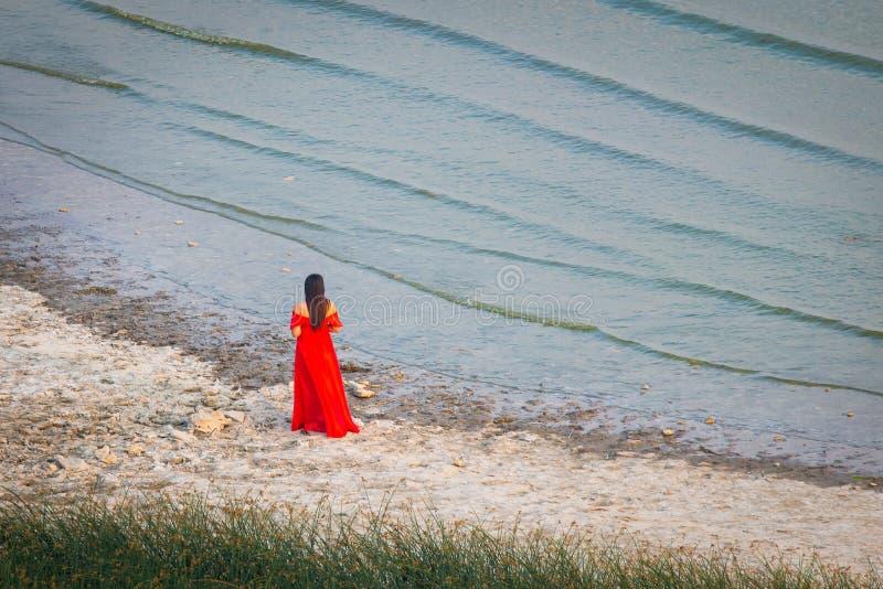 όμορφο μακροχρόνιο κόκκινο κοριτσιών φορεμάτων Έννοια της θηλυκότητας, της αρμονίας ή της αναμονής του ατόμου της στοκ εικόνες με δικαίωμα ελεύθερης χρήσης