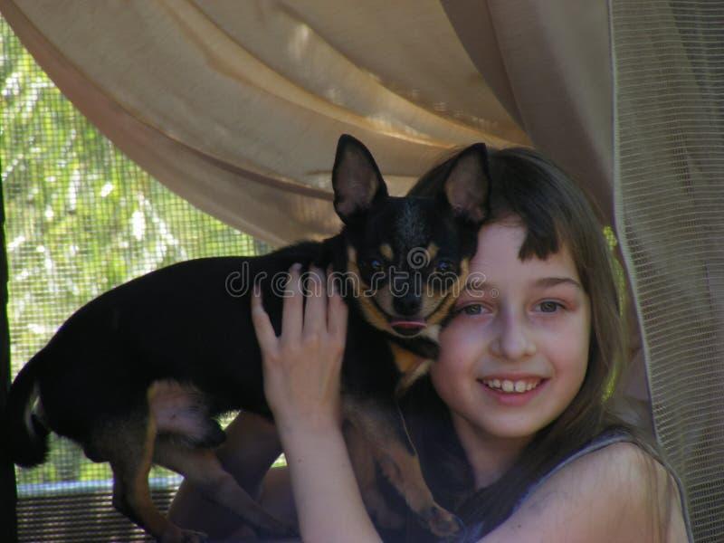 Όμορφο μακρυμάλλες μικρό κορίτσι με ένα σκυλί Chihuahua στοκ εικόνες