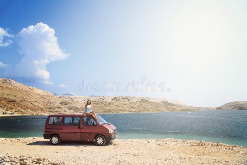 Όμορφο μαυρισμένο κορίτσι σε μια συνεδρίαση μπικινιών σε μια δύσκολη παραλία στοκ φωτογραφίες με δικαίωμα ελεύθερης χρήσης