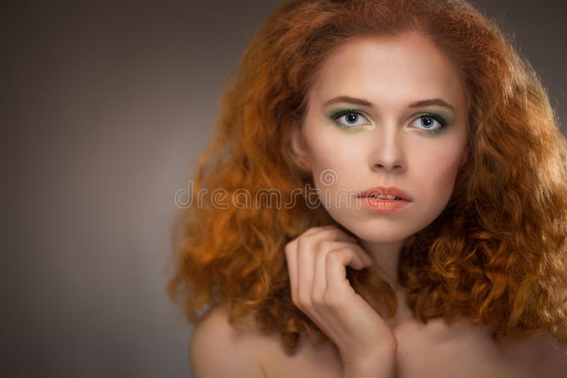 όμορφο μαλλιαρό κόκκινο κοριτσιών στοκ φωτογραφία με δικαίωμα ελεύθερης χρήσης