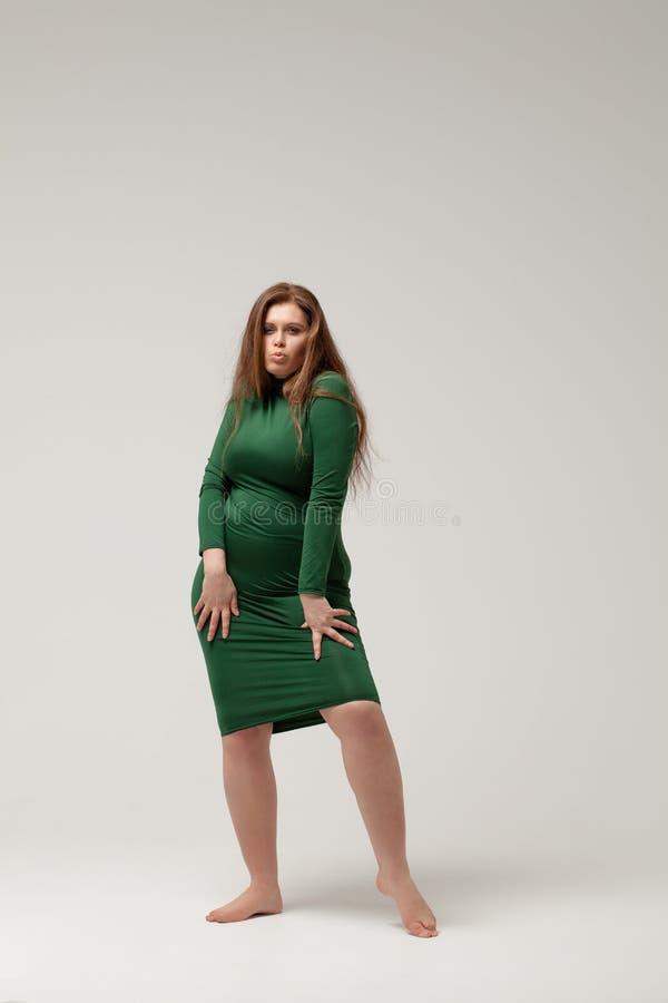 Όμορφο μεγάλο κορίτσι που απομονώνεται στο πράσινο φόρεμα στοκ φωτογραφίες με δικαίωμα ελεύθερης χρήσης