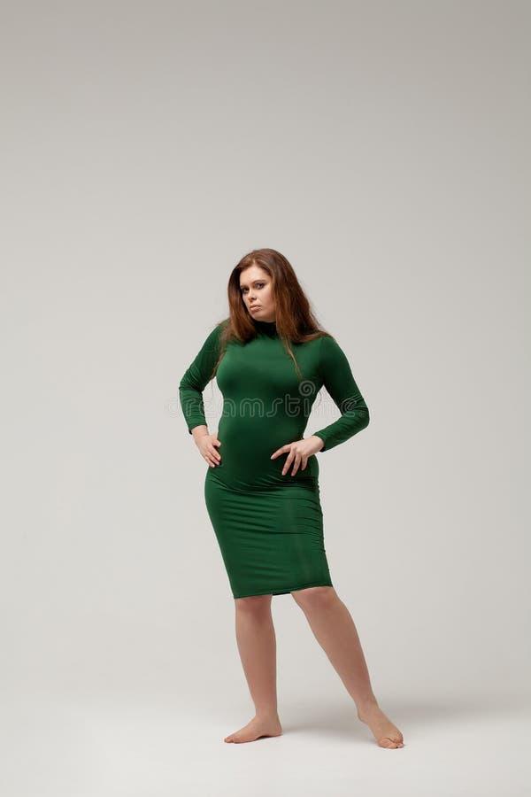 Όμορφο μεγάλο κορίτσι στο πράσινο φόρεμα στοκ φωτογραφία με δικαίωμα ελεύθερης χρήσης