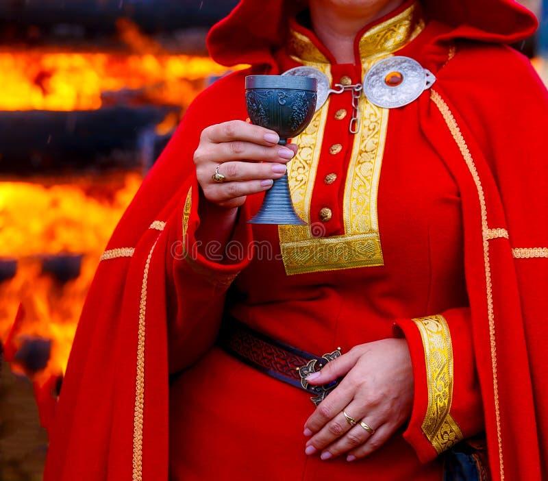 Όμορφο μεσαιωνικό διακοσμητικό φλυτζάνι στο χέρι της κυρίας στο ιστορικό φόρεμα στοκ εικόνα με δικαίωμα ελεύθερης χρήσης