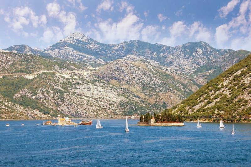 Όμορφο μεσογειακό τοπίο Μαυροβούνιο, κόλπος Kotor Άποψη δύο μικρών νησιών από την ακτή Perast την ηλιόλουστη θερινή ημέρα στοκ εικόνα