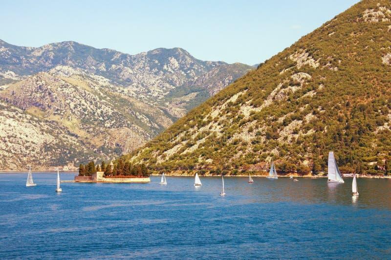 Όμορφο μεσογειακό τοπίο με sailboats στο νερό Ηλιόλουστη θερινή ημέρα Μαυροβούνιο Άποψη του κόλπου Kotor στοκ φωτογραφία με δικαίωμα ελεύθερης χρήσης