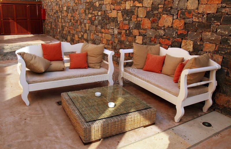 Όμορφο μεσογειακό patio με τα άσπρα υπαίθρια έπιπλα (Greec στοκ φωτογραφίες με δικαίωμα ελεύθερης χρήσης