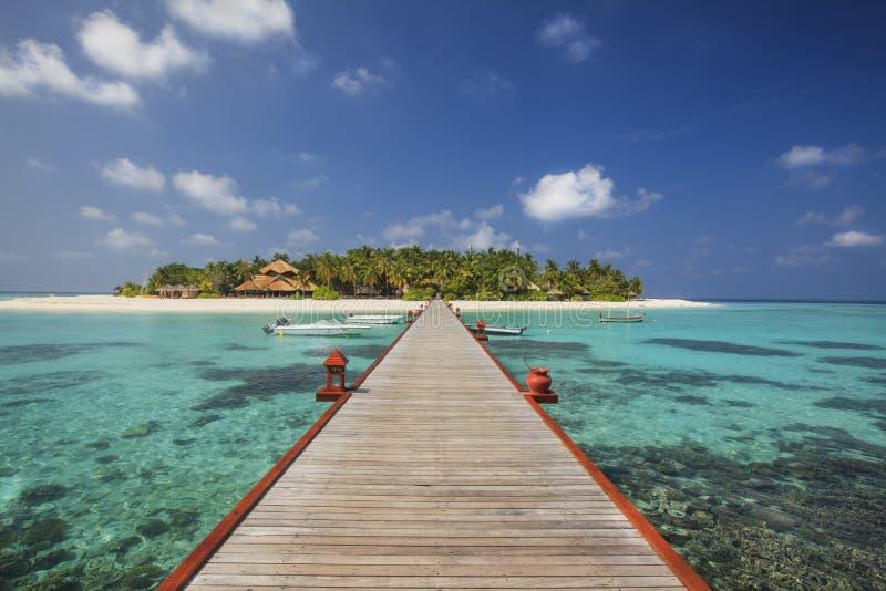 Όμορφο μικροσκοπικό νησί στις Μαλδίβες στην ηλιόλουστη ημέρα. στοκ εικόνα με δικαίωμα ελεύθερης χρήσης