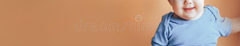Όμορφο μικρό κορίτσι ή αγόρι με τη σκοτεινή τρίχα που χαμογελά σε ένα φωτεινό πορτοκαλί χρώμα υποβάθρου του 2019 με το διάστημα γ στοκ φωτογραφία με δικαίωμα ελεύθερης χρήσης
