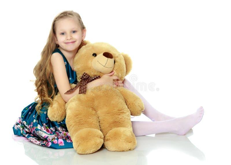 Όμορφο μικρό κορίτσι με τα μακριά ξανθά μαλλιά σε ένα έξυπνο μπλε φόρεμα στοκ φωτογραφία με δικαίωμα ελεύθερης χρήσης