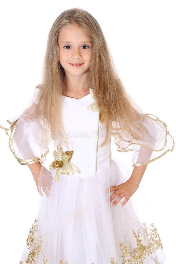 Όμορφο μικρό κορίτσι πορτρέτου που στέκεται με τα χέρια στα ισχία που απομονώνονται στοκ εικόνα