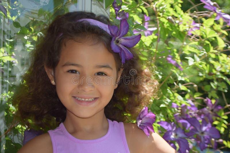 Όμορφο μικρό κορίτσι που απολαμβάνει την εποχή άνοιξης στοκ εικόνες