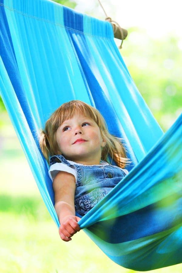Όμορφο μικρό κορίτσι που βρίσκεται σε μια αιώρα στοκ εικόνες με δικαίωμα ελεύθερης χρήσης