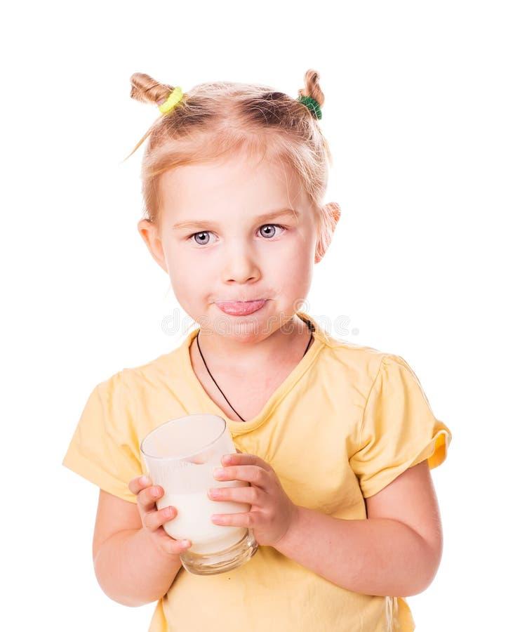 Όμορφο μικρό κορίτσι που κρατά ένα ποτήρι του φρέσκου γάλακτος. στοκ φωτογραφία με δικαίωμα ελεύθερης χρήσης