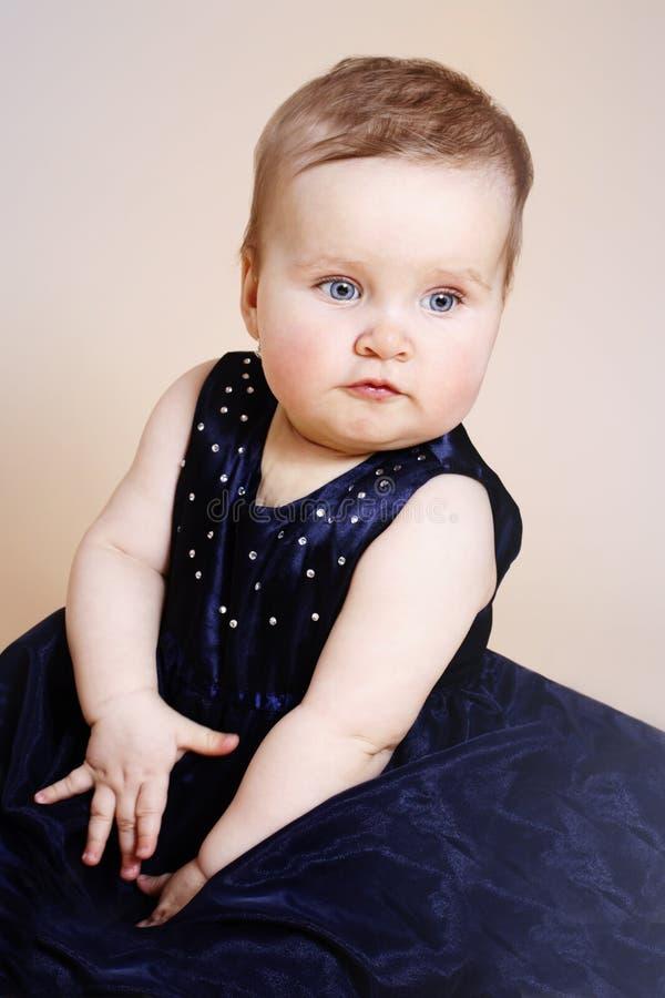 Όμορφο μικρό κορίτσι που φορά το φόρεμα βραδιού στοκ φωτογραφίες