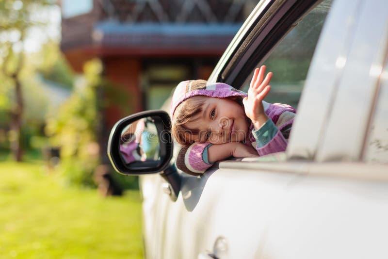 Όμορφο μικρό κορίτσι στο αυτοκίνητο στοκ φωτογραφίες