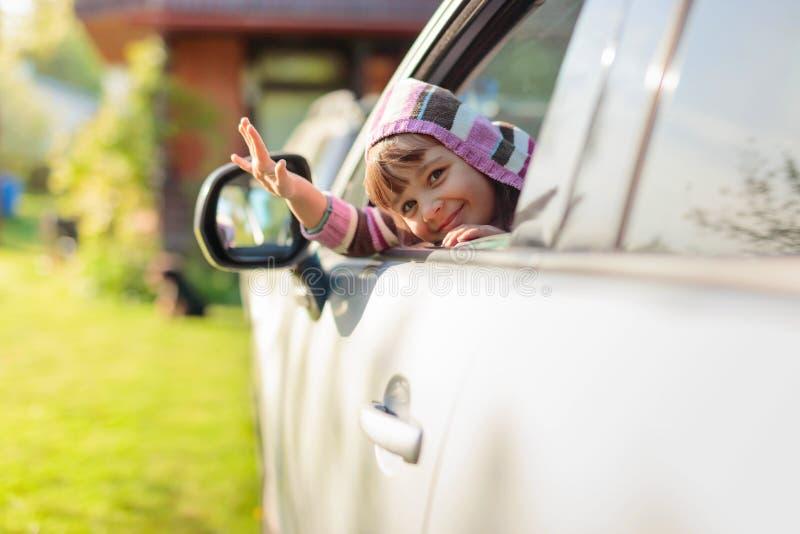 Όμορφο μικρό κορίτσι στο αυτοκίνητο στοκ εικόνα