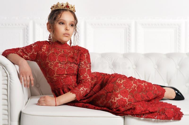Όμορφο μικρό κορίτσι στο κόκκινο φόρεμα στοκ εικόνα