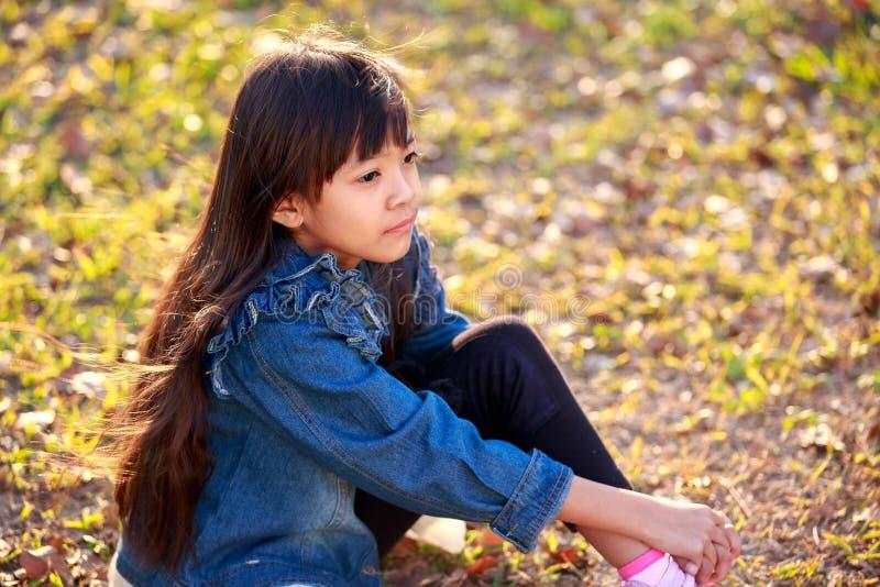 Όμορφο μικρό κορίτσι στο παλτό Jean στοκ εικόνα με δικαίωμα ελεύθερης χρήσης