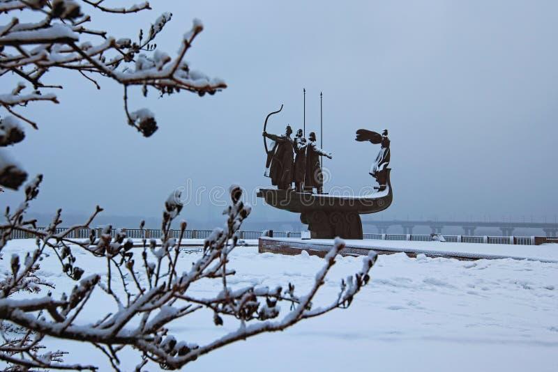 Όμορφο μνημείο στους ιδρυτές Kyiv: Kiy, Schek, Khoryv και η αδελφή τους Lybid Πρωί που παγώνει με τα άσπρα δέντρα στοκ εικόνες