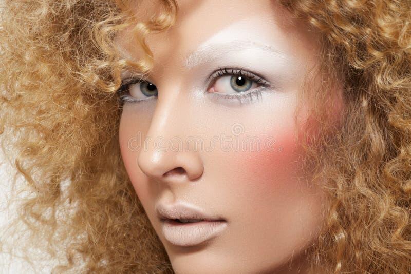 Όμορφο μοντέλο με τη σγουρή σύνθεση τριχώματος & μόδας στοκ εικόνες
