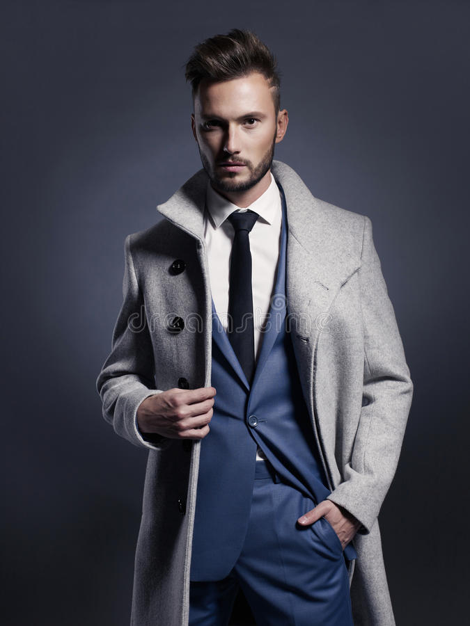 Όμορφο μοντέρνο άτομο στο παλτό φθινοπώρου στοκ εικόνα