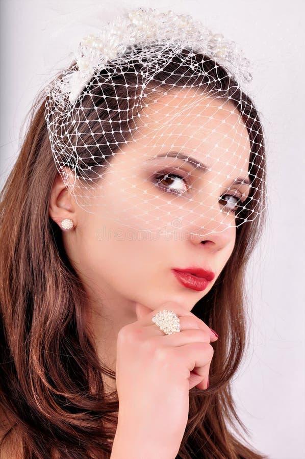 Όμορφο μοντέρνο νέο πρόσωπο γυναικών ` s νυφών στο πέπλο στοκ εικόνα
