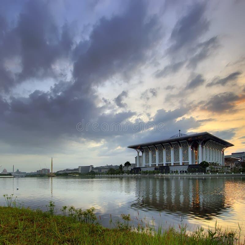 Μουσουλμανικό τέμενος από την όχθη της λίμνης στοκ εικόνα με δικαίωμα ελεύθερης χρήσης