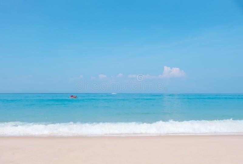 Όμορφο μπλε ωκεάνιο κύμα και αεριωθούμενο σκι στην τροπική παραλία στοκ εικόνες