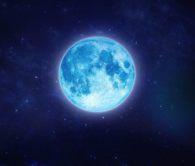 Όμορφο μπλε φεγγάρι στον ουρανό και το αστέρι τη νύχτα Υπαίθρια τη νύχτα στοκ εικόνα