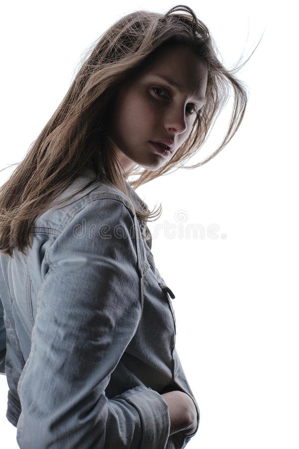 Όμορφο μυστήριο κορίτσι σε ένα σακάκι τζιν στοκ εικόνες