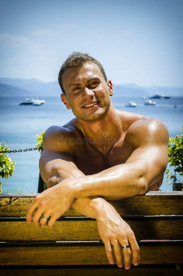 Όμορφο μυϊκό άτομο Hunk γυμνοστήθων υπαίθριο στοκ φωτογραφία με δικαίωμα ελεύθερης χρήσης