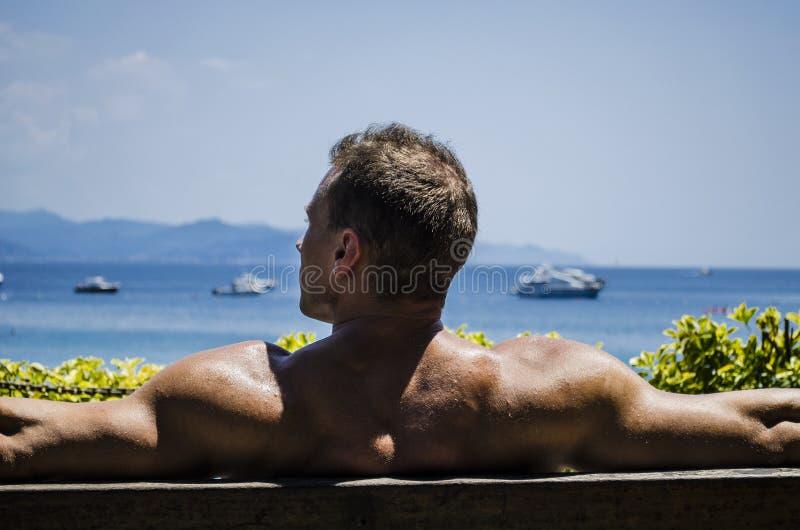 Όμορφο μυϊκό άτομο Hunk γυμνοστήθων υπαίθριο στοκ εικόνες