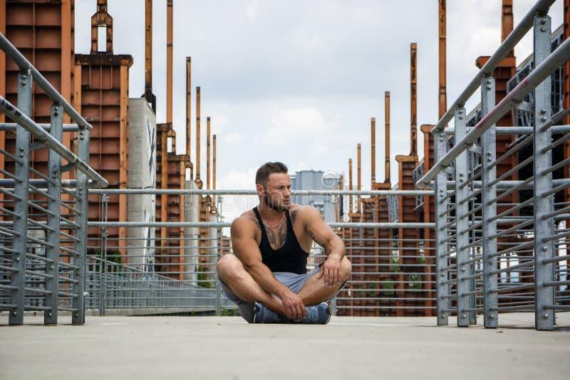Όμορφο μυϊκό άτομο Hunk υπαίθριο στη ρύθμιση πόλεων στοκ φωτογραφία με δικαίωμα ελεύθερης χρήσης