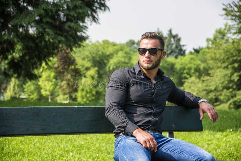 Όμορφο μυϊκό άτομο Hunk υπαίθριο στο πάρκο πόλεων στοκ φωτογραφία με δικαίωμα ελεύθερης χρήσης