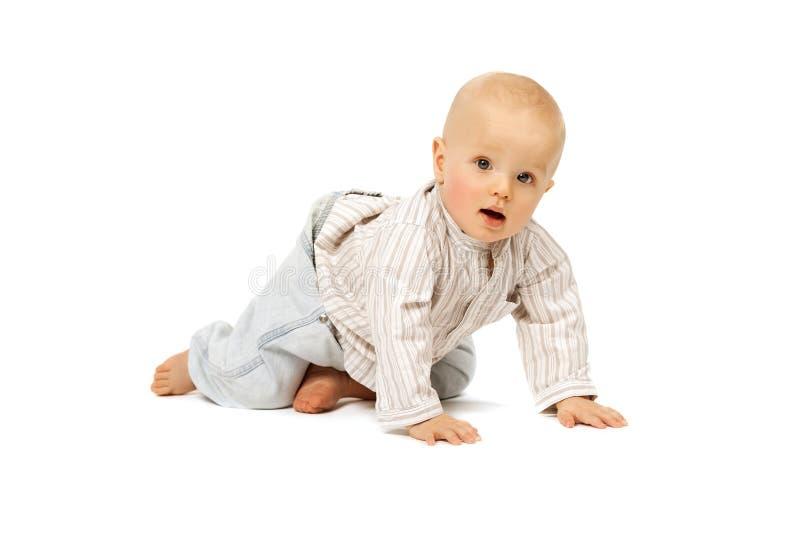 Όμορφο μωρό στο άσπρο υπόβαθρο παιδί χαριτωμένο υπαίθρια, νεφελώδης ημέρα στοκ εικόνες